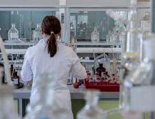 Moterys mokslininkės uždirba mažiau nei vyrai