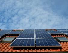 Ankstinami kvietimai saulės elektrinėms įsirengti ir seniems šildymo katilams – paraiškas galima teikti jau šiandien